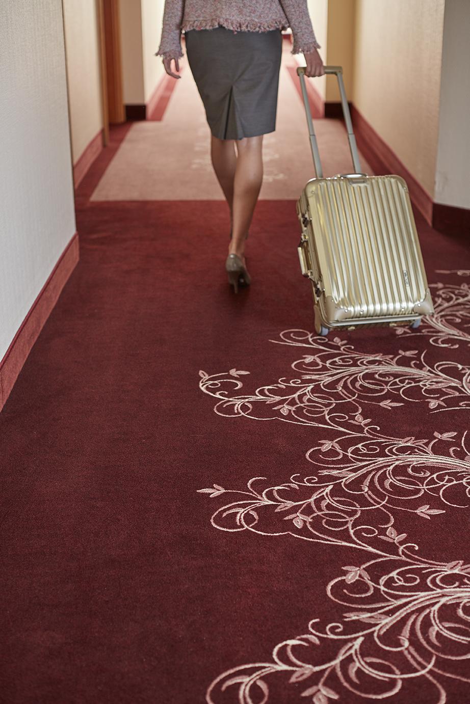 Roter Teppichboden in Hotelflur