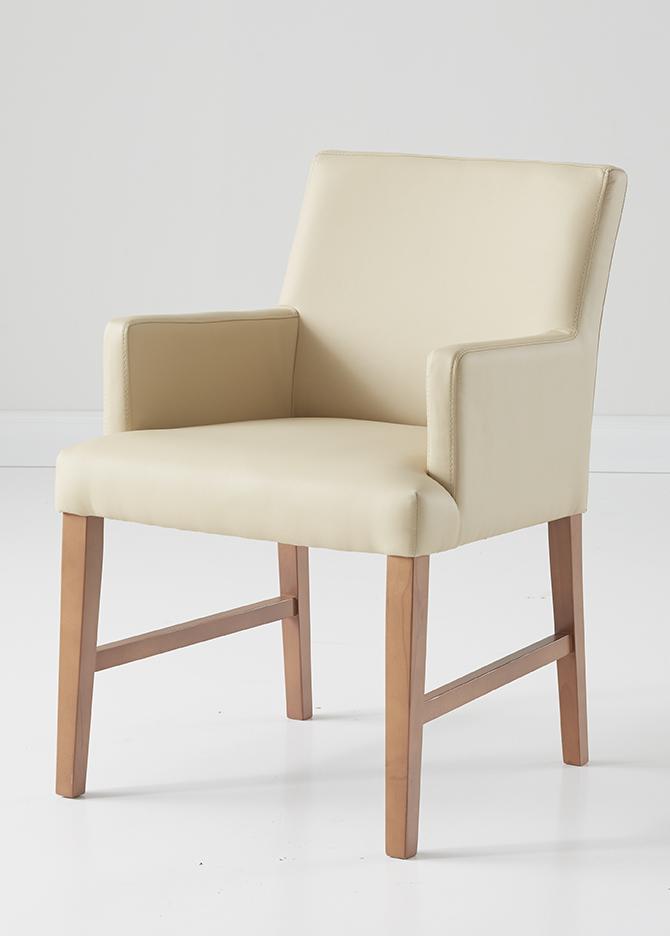 Weißer Sessel mit Holzbeinen