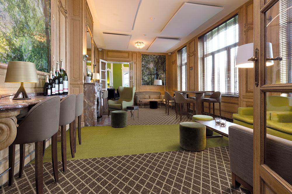 Moderne Hotellounge mit Teppichboden