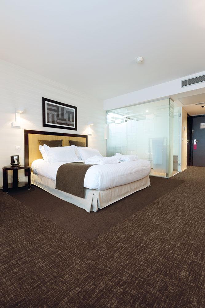 Schickes Hotelzimmer mit Teppichboden