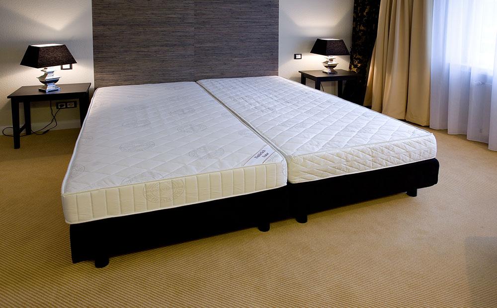 Aufbau von zwei Betten in einem Hotelzimmer