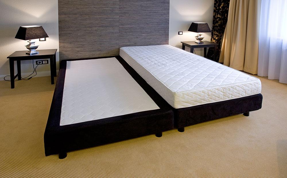 Bett ohne Matratze in Hotelzimmer