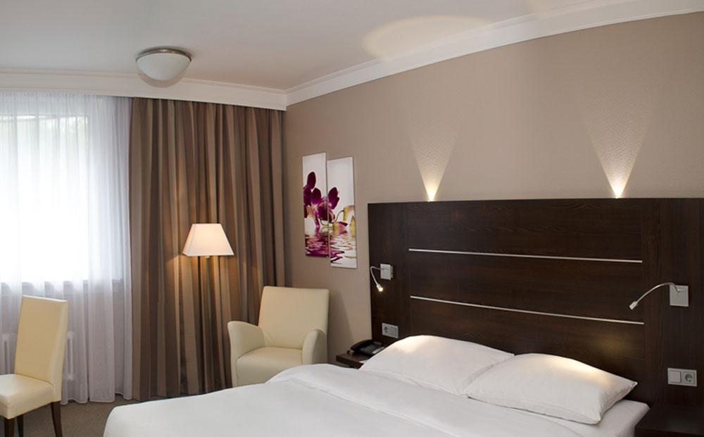 Modernes Hotelzimmer mit Bett