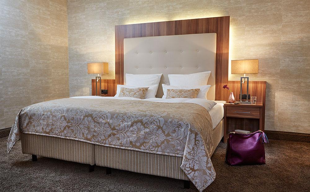 Elegantes Hotelzimmer mit schickem Bett