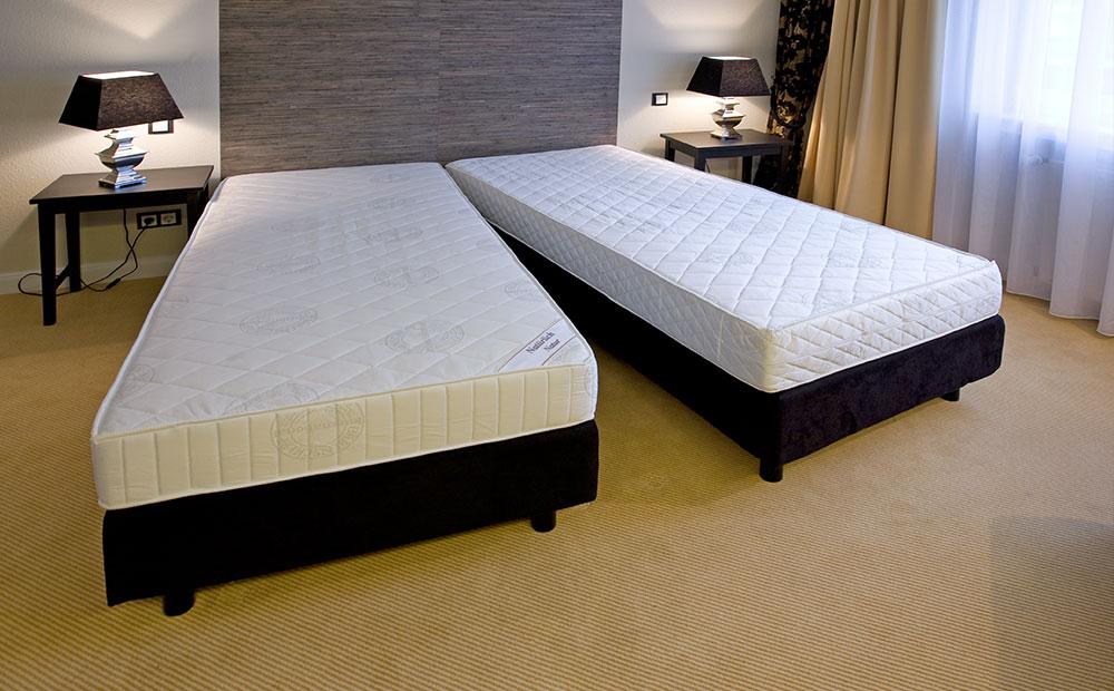 Aufbau von Betten in einem Hotelzimmer