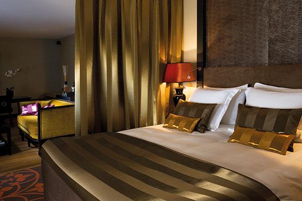 Hotelzimmer mit Boxspringbett und Sofa