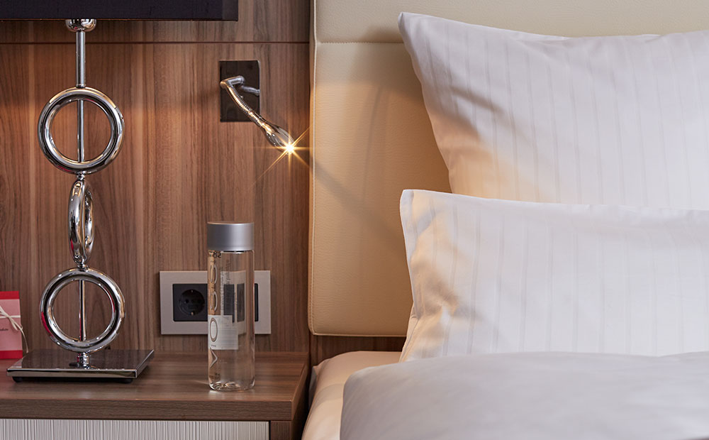 Leselampe für das Bett in einem Hotelzimmer