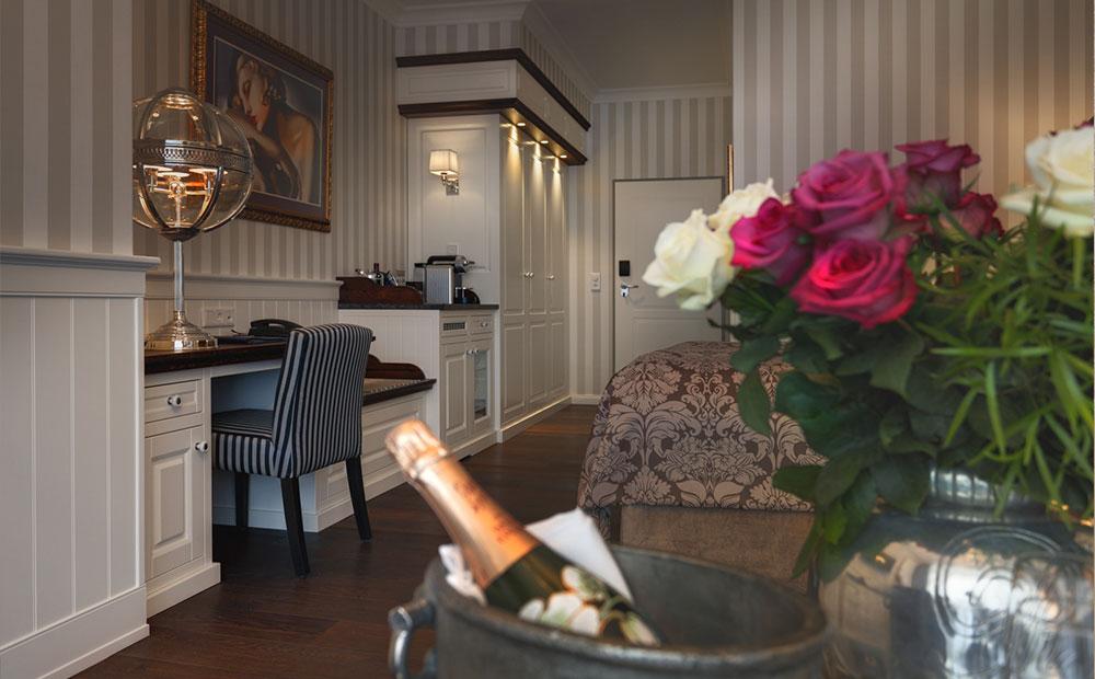 Schöne Hotelzimmereinrichtung in Braun