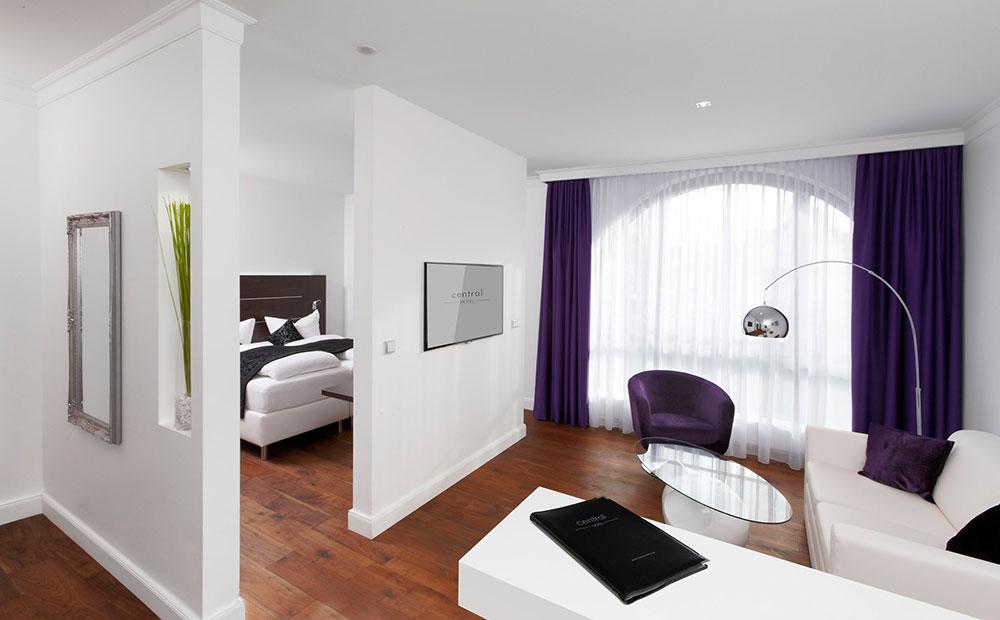 Moderne Hotelzimmereinrichtung in weiß