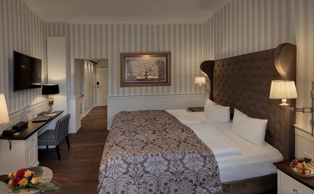 Schöne Hotelzimmereinrichtung mit Boxspringbett