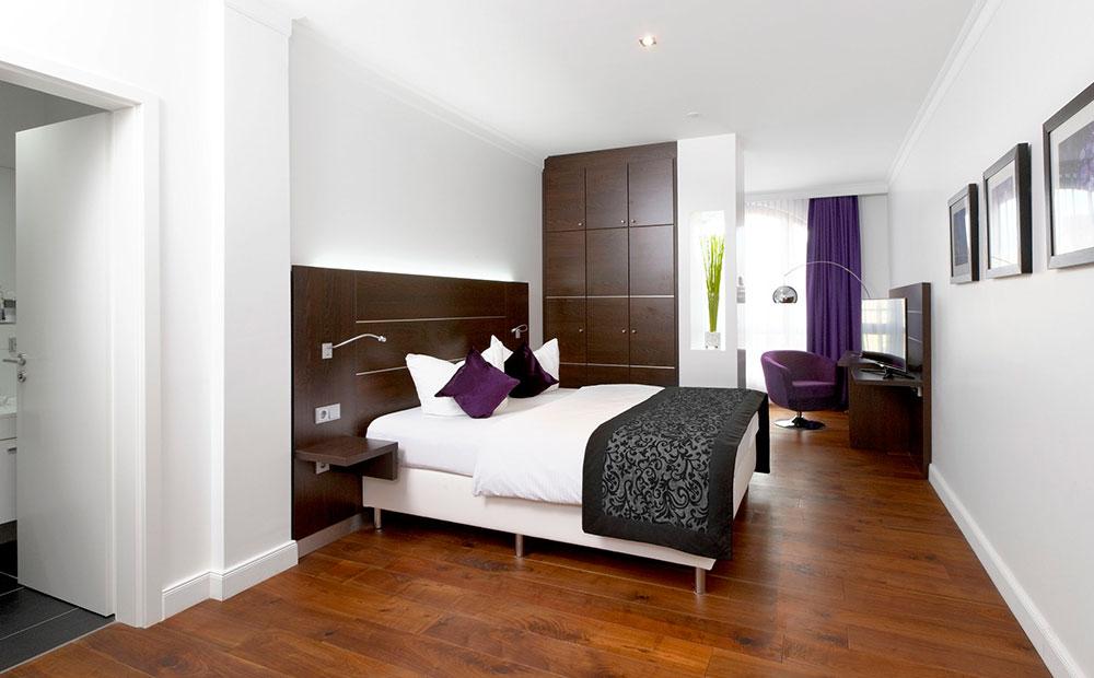 Schickes Hotelzimmer mit kleinem Bett