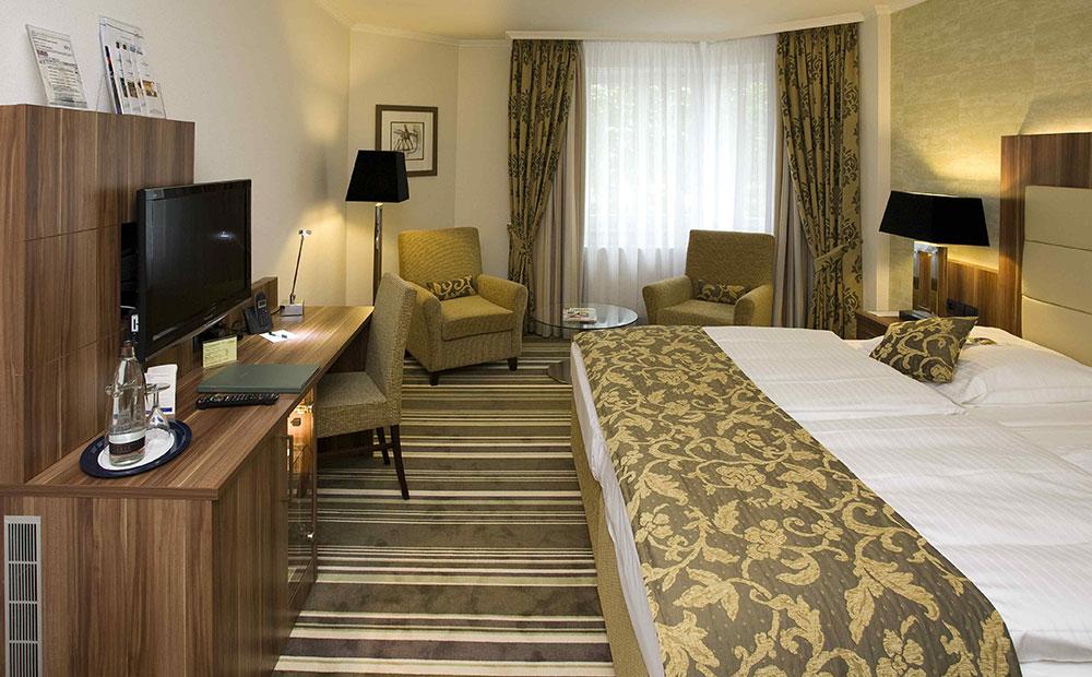 Elegantes Hotelzimmer mit Teppichboden