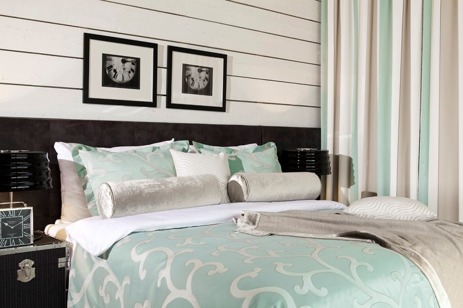 Modernes Bett in Hotelzimmer