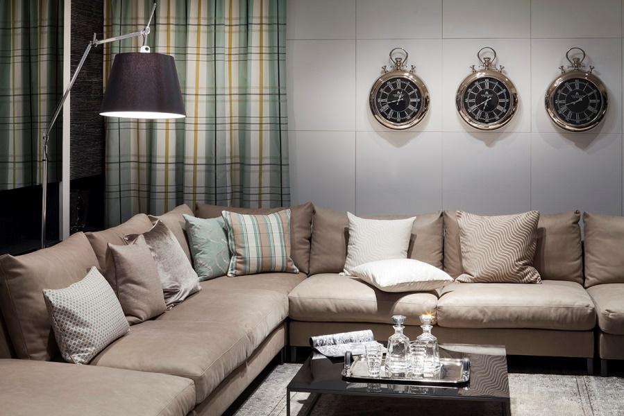 Großes Sofa in modernem Hotel