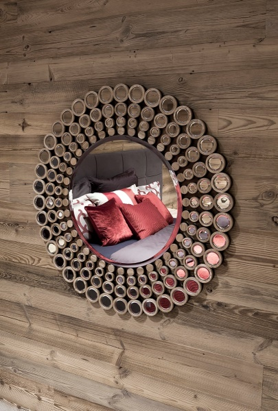 Bett in schickem Spiegel