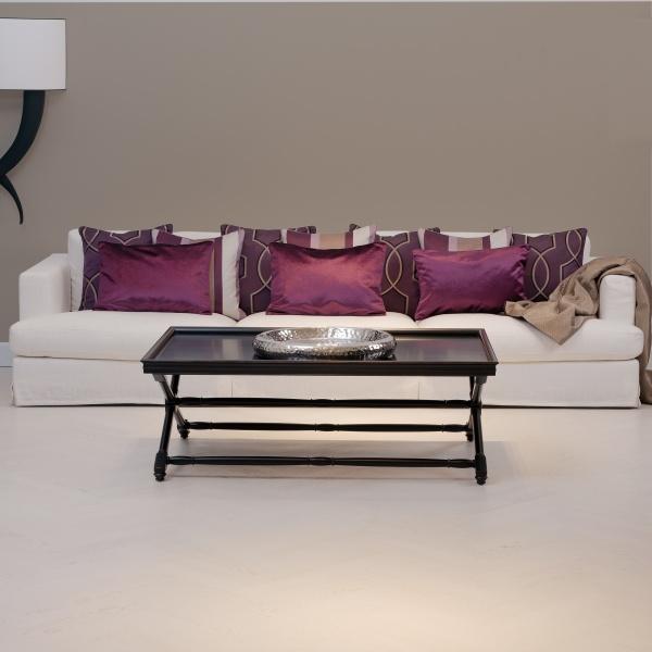 Gemütliches Sofa mit lila Kissen