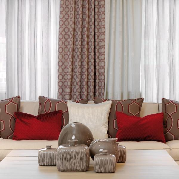 Schickes Sofa mit roten Kissen