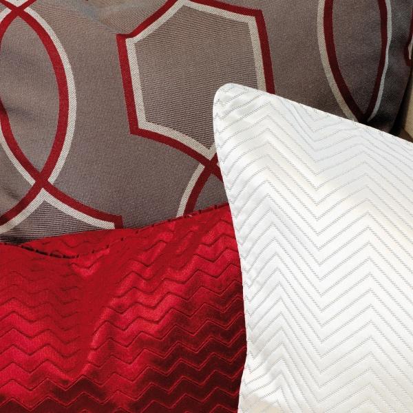 Nahaufnahme Sofa mit roten Kissen