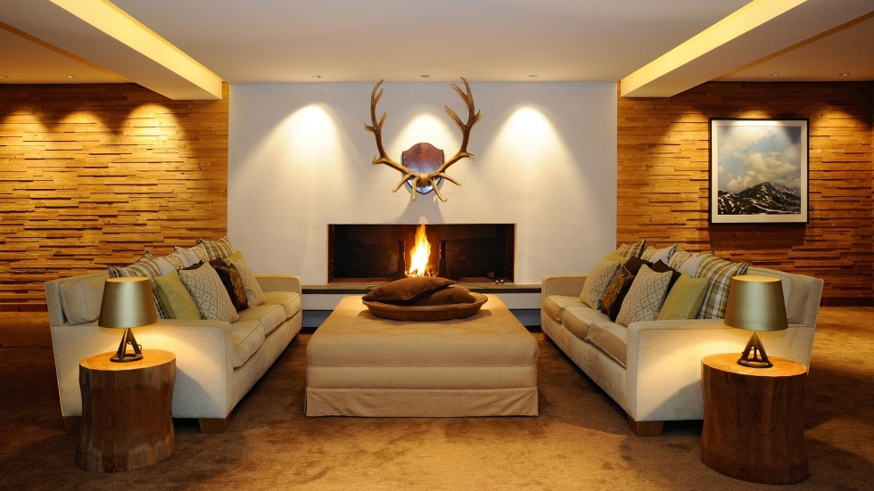 Gemütliche Hotellounge mit zwei Sofas