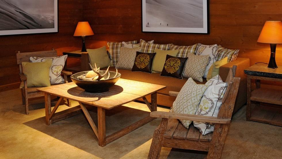 Urige Hotellounge mit Sofa und Stühlen
