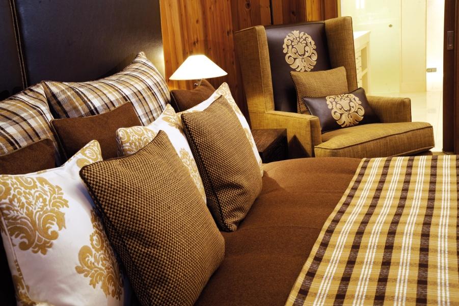 Gemütliches Bett und Sessel in Hotelzimmer