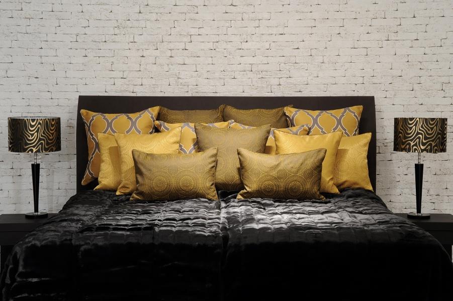 Luxuriöses, schwarzes Bett mit vielen Kissen