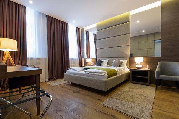 Boxspringbett in schönem Hotelzimmer