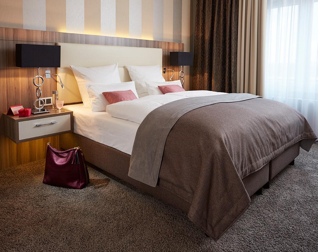 Schickes Bett im in der Premiumsuite im Hotel Boettcher