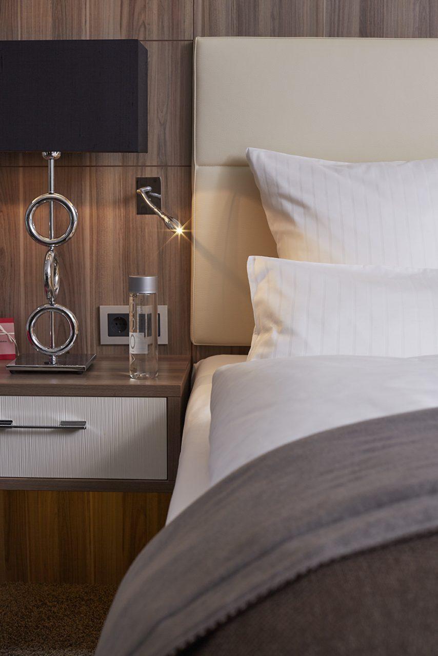 Leselampe für das Bett in der Premiumsuite im Hotel Boettcher