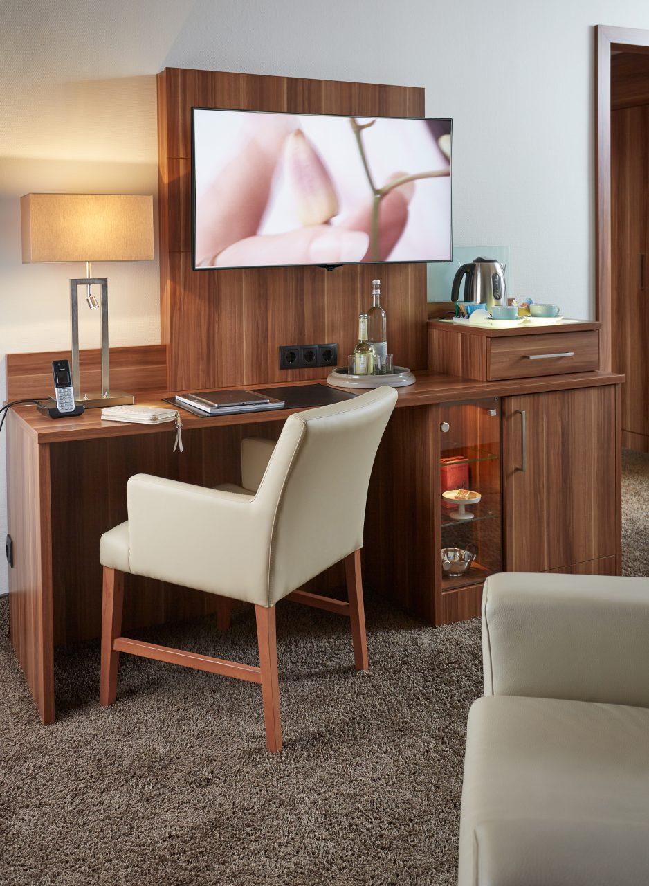 Schreibtisch mit Stuhl in der Premiumsuite im Hotel Boettcher