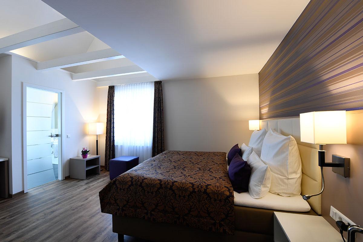 Bett im Hotel Marktkieker Burgwedel seitliche Ansicht
