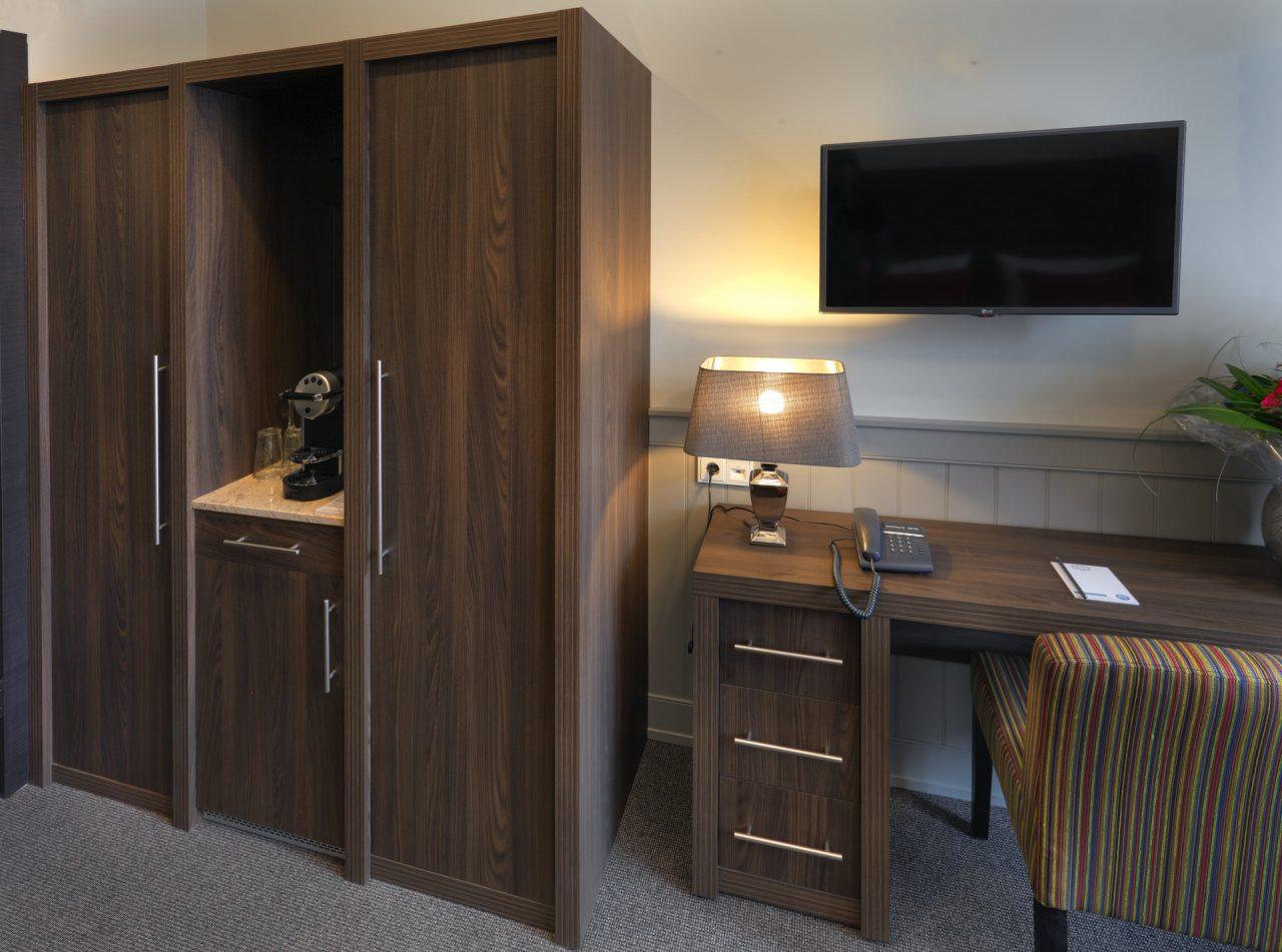 Schrank und Schreibtisch im Hotel Max am Meer Kühlungsborn