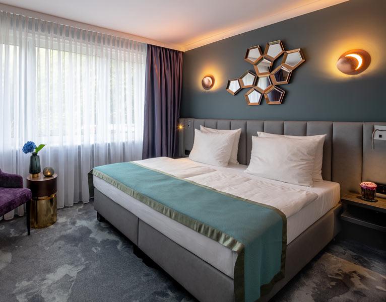 Schickes Doppelbett im Hotel Nippon im Alster Zimmer