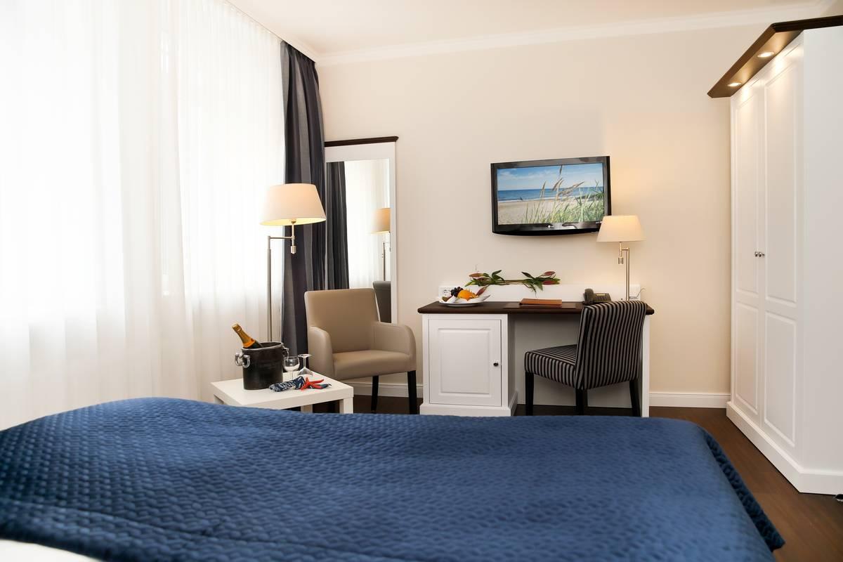 Schreibtisch, Bett und Schrank im Seeschloss Kühlungsborn